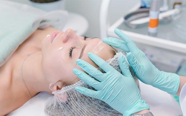 Cura della pelle da parte di un dermatologo